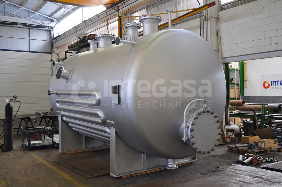 A cylindrical pressure vessel